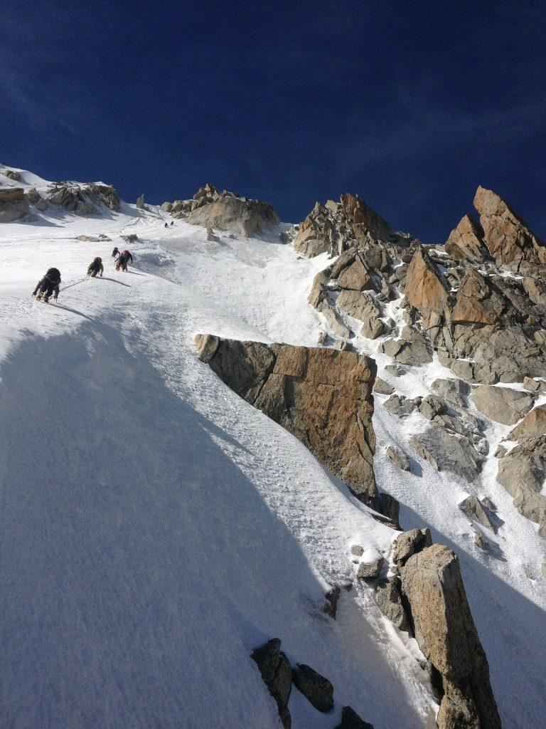 Alpinistes gravissant un voie mixte du Chardonnet.