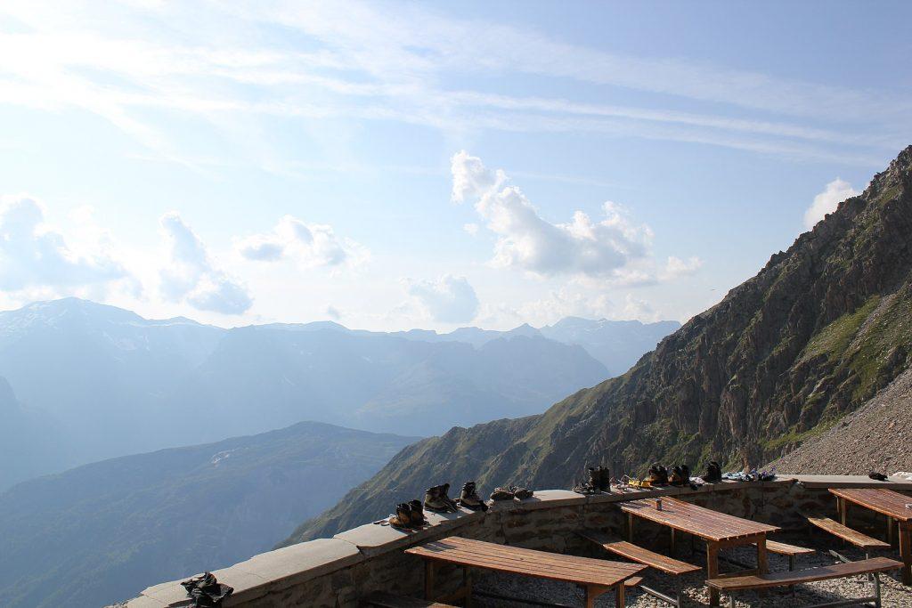 Vue de la terrasse du refuge Albert 1er sur la vallée du Mont-Blanc