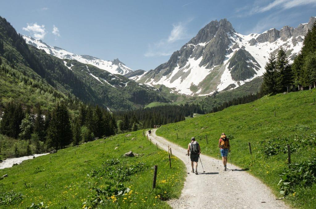 Groupe lors d'une randonnée en été autour du Mont-Blanc.