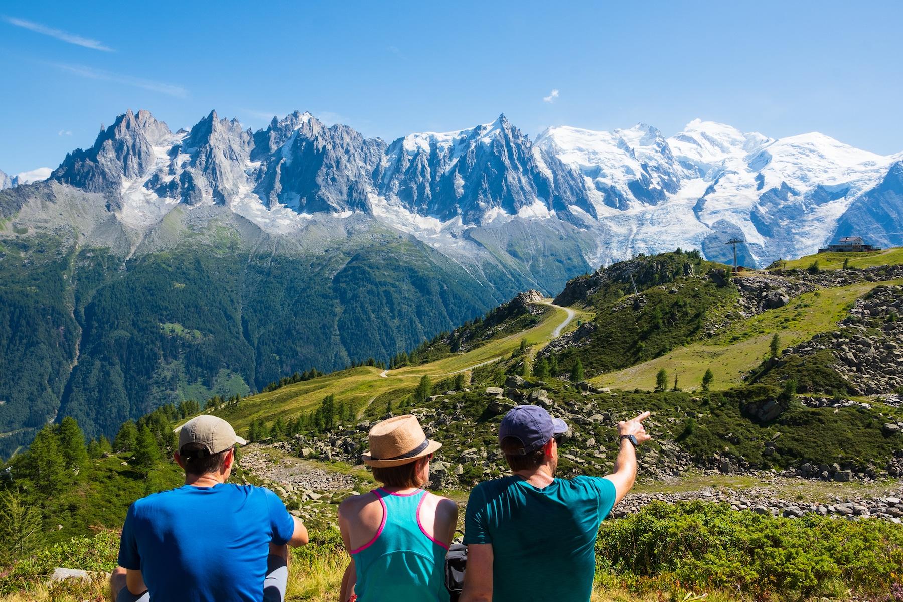 Pause en groupe lors d'une rando dans la vallée du Mont-Blanc