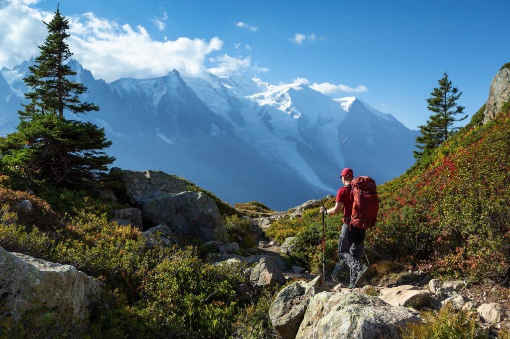 Homme faisant une randonnée dans la vallée du Mont-Blanc